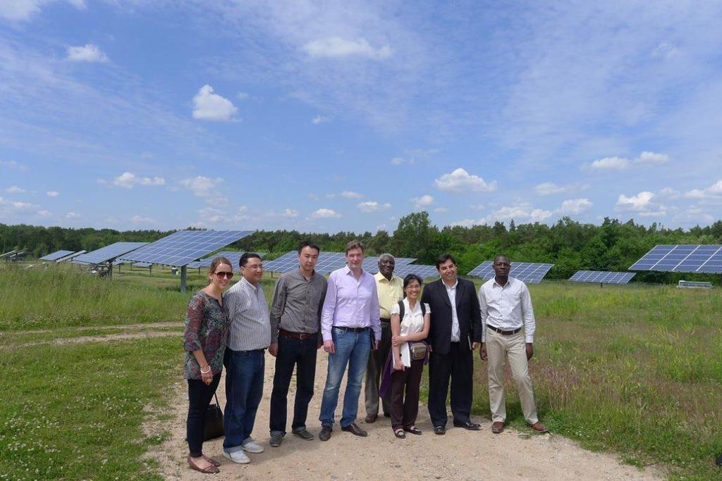 Grupo recorriendo el parque solar de Feldheim